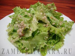 Зеленый салат с ореховой заливкой