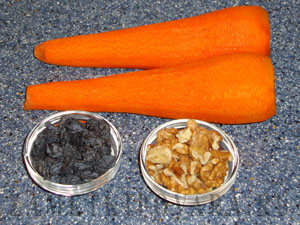 Салат из моркови с орехами и изюмом