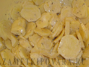 Картофель с овощами, запеченный в духовке