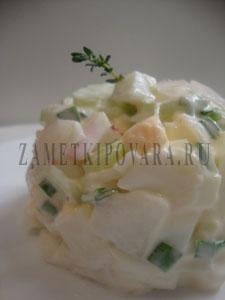 Салат с редисом, сельдереем и яйцами
