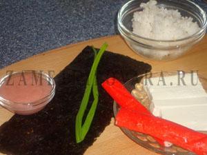 Урамаки с крабовым мясом, сыром и луком