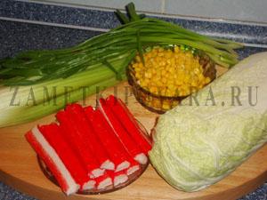 Салат из пекинской капусты с сельдереем и крабовыми палочками