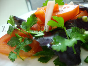 Салат из помидор и базилика с беконом