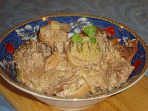Мясо в сметане с луком-пореем