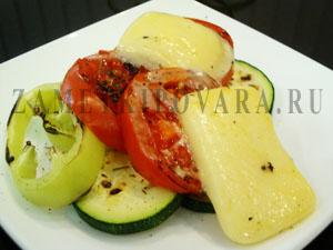 Сулугуни, жаренный с овощами