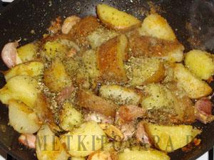 Жареная картошка с чесноком