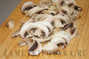 Салат из брокколи с курицей и грибами