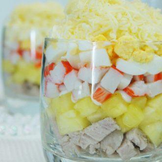 Салат с ананасом, мясом и крабовыми палочками