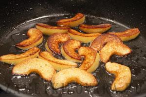 Глазированная жареная печень с айвой