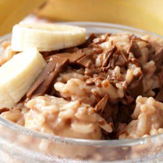 Молочная рисовая каша с бананом и шоколадом