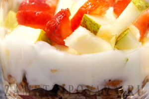 Завтрак из мюсли с фруктами и йогуртом