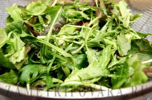 Зеленый салат с яйцом пашот и пармезаном
