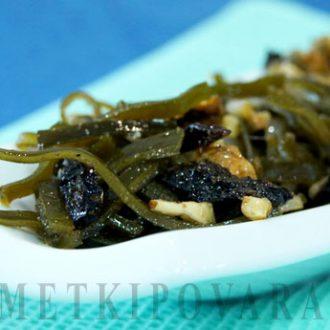 Салат из морской капусты с черносливом и орехами