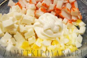 Закуска из ананасов с крабовыми палочками, яйцом и сыром