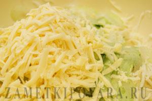 Салат из капусты с огурцом, сельдереем и сыром