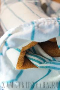 Бисквитный рулет со взбитыми сливками и вишней