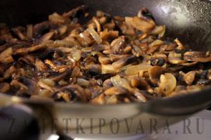 Куриное филе с грибами, тушеное в вине