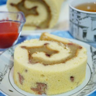 Бисквитный рулет с яблочным джемом