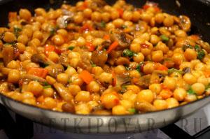 Нут с грибами в томатном соусе