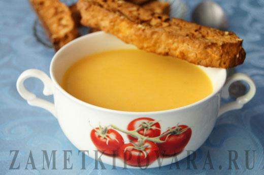 Крем-суп из тыквы и яблок с бискотти
