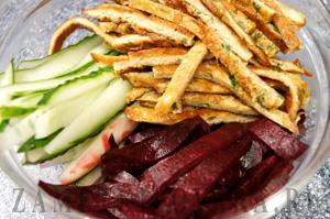 Салат из фунчозы с печеной свеклой