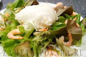 Салат Цезарь с креветками и яйцом-пашот
