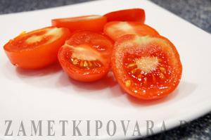 Закуска из помидор черри с творожным кремом и соусом песто