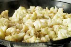 Цветная капуста с сыром, яйцом и чесноком