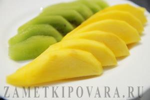 Сладкий ролл с манго и киви