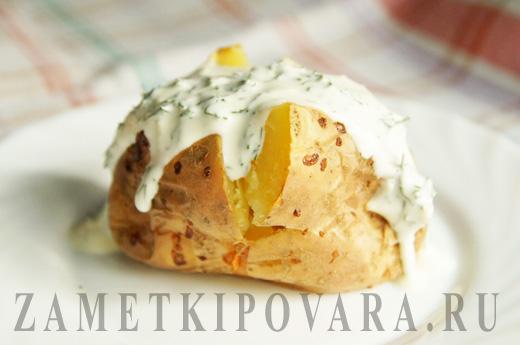 Запеченный в духовке картофель со сметанным соусом
