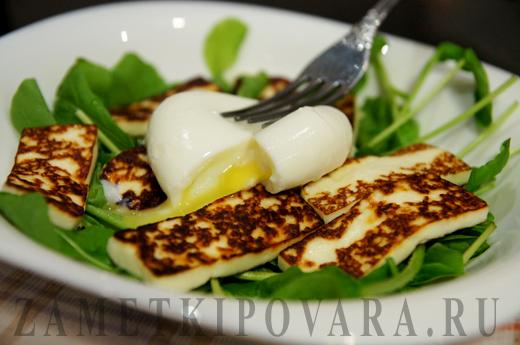 Салат с жареным сыром, руколой и яйцом