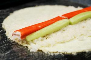 Яичный ролл с огурцом и крабовым мясом