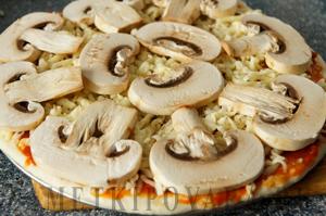 Пицца с грибами и грудинкой