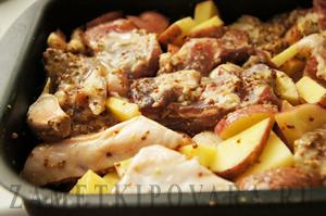 Свиные ребрышки, запеченные с картошкой
