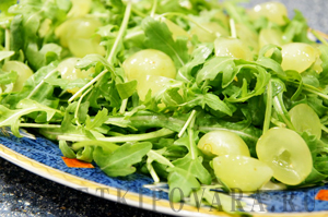 Салат из рукколы с виноградом и голубым сыром