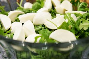 Итальянский салат с макаронами, рукколой и моцареллой