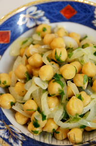 Салат с нутом и маринованным луком