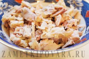Салат с курицей, черносливом, шампиньонами и пекинской капустой