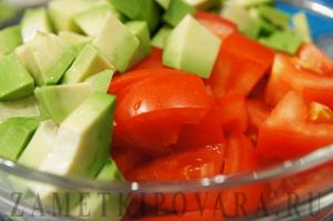 Салат из авокадо с помидорами и перцем чили