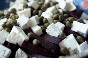 Свекольный салат с сыром и каперсами