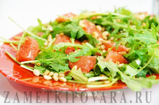 Салат из грейпфрута с рукколой и кедровыми орешками