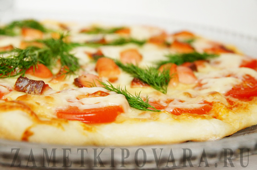 Пицца с копчёной горбушей и помидорами