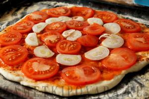 Пицца с копченой колбасой и луком