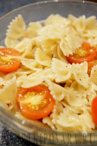 Теплый салат с помидорами, макаронами и сыром
