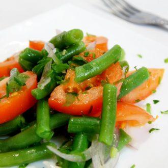 Салат из зеленой фасоли, помидор и красного лука