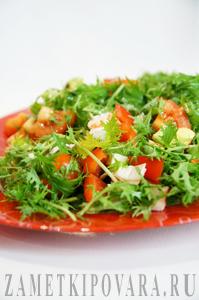 Салат из рукколы, авокадо, помидор и болгарского перца с крабовыми палочками