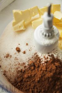Шоколадный крамбл с вишней