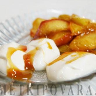 Творожный десерт с карамелизованными яблоками