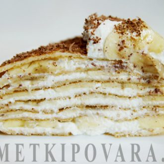Сладкий блинный торт с творожным кремом и бананами