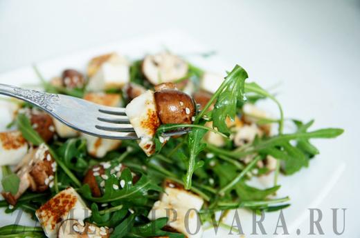 Салат из рукколы с шампиньонами и жареным сыром